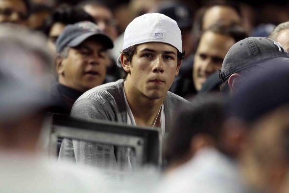 La estrella juvenil, Nick Jonas, con la cara larga por el resultado.