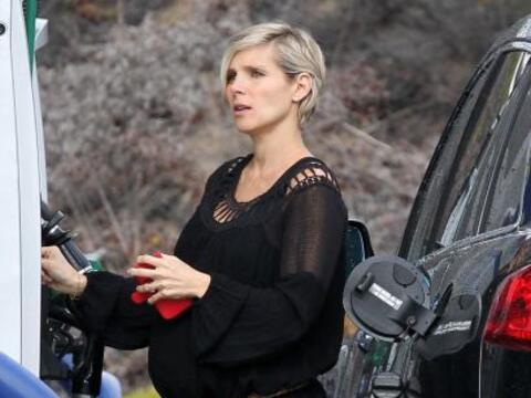 La sexy esposa de Chris Hemsworth salió a cargar gasolina a su au...