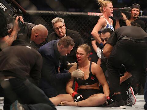 Holly Holm noqueó a Ronda Rousey y le arrebató el t&iacute...