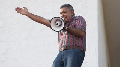 Exgeneral venezolano acusado por Maduro se atrinchera armado en su casa