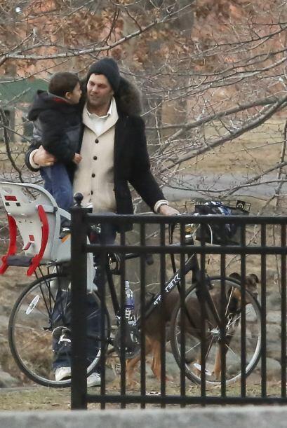 Ahí Tom dejó su bici y cargó a su hijito.  Aquí los videos más chismosos.