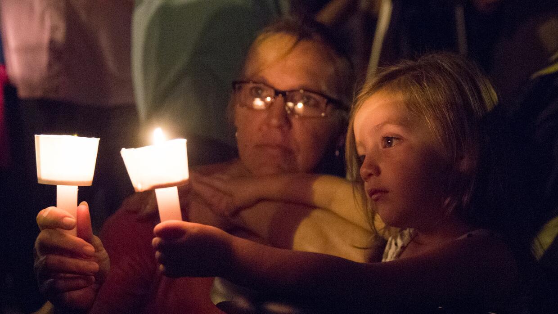 Varias personas encendieron velas a las afueras de la iglesia First Bapt...