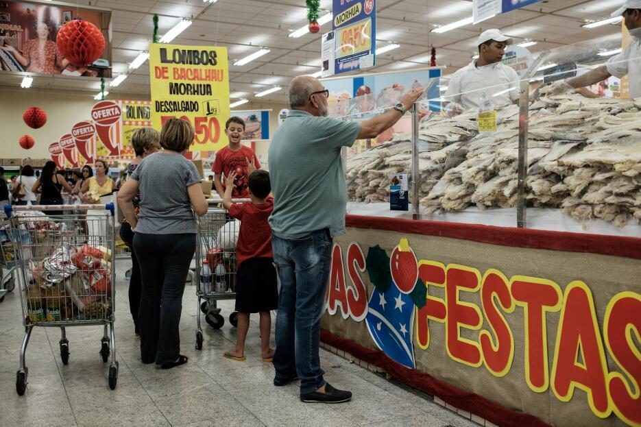 Con compras, en este caso de comida, se preparan estos brasileños para l...
