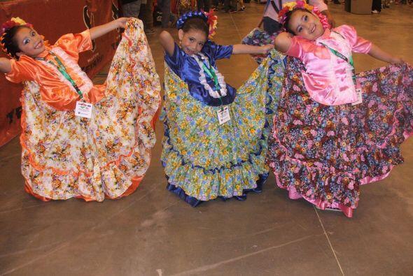 Estas pequeñas, miembros de un ballet folklórico lucieron sus vestidos t...