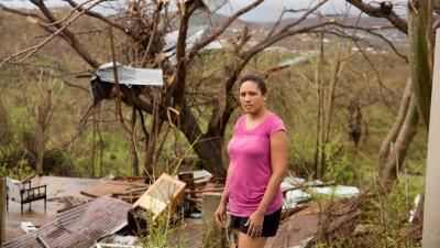 Detrás de Laurín Ramos se ven los restos de una casa de almacenaje que s...
