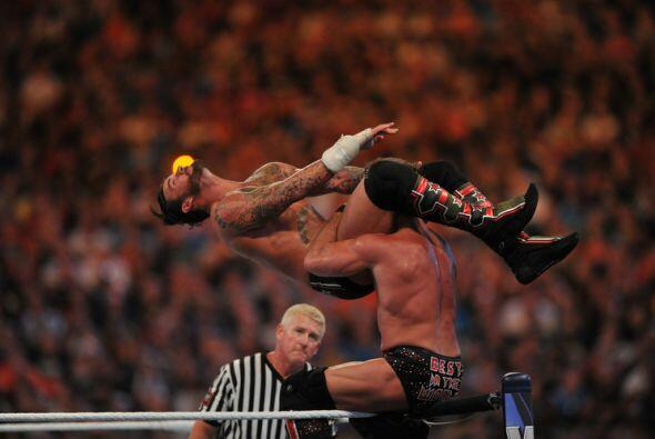 Pero CM Punk encontró fuerzas para reaccionar y revertir el curso...