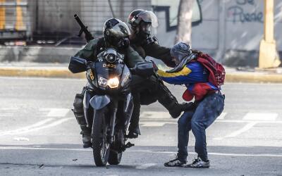 Soldados de la Guardia Nacional arrestan a un manifestante de la oposici...