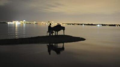 La aparición del piano en plena Bahía Biscayne de Miami gener'o una gran...