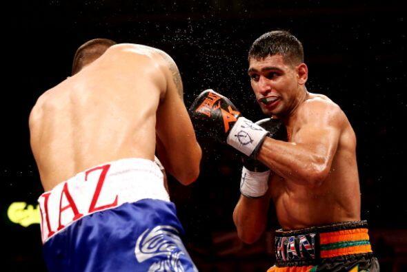 La caída hizo que Khan saliera más concentrado en el siguiente round y l...