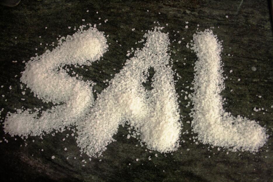 Se considera como un presagio del diablo tirar sal en la mesa.