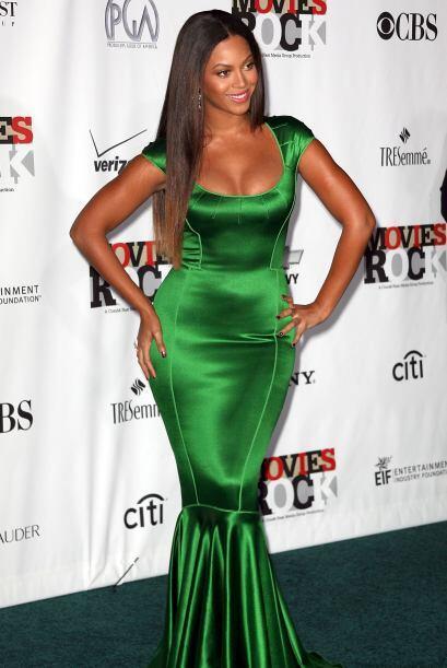 Esta mujer sabe que tiene unas curvas espectaculares y dignas de presumi...