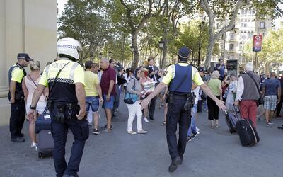 La policía aleja a la gente de Las Ramblas, Barcelona, Espa&ntild...