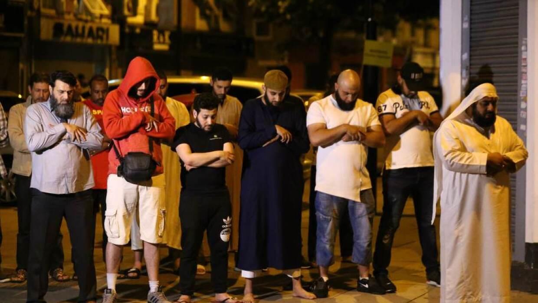 Muchos oraron por la víctima mortal tras el ataque frente a la mezquita...