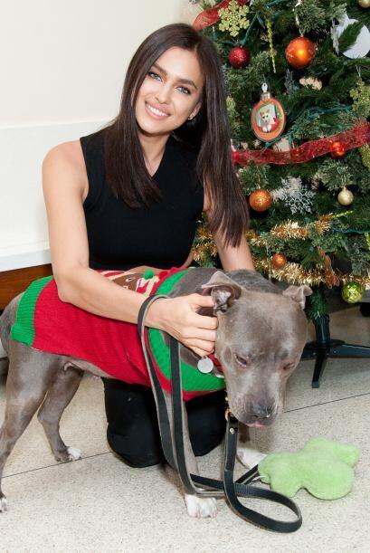 Año con año, la modelo rusa Irina Shayk participa en la campaña navideña...