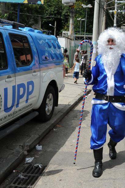 Luego se viste de azul para unirse a la policía.