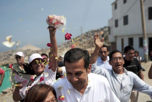 Vencería por un estrecho margen al ex militar izquierdista Ollanta Humal...
