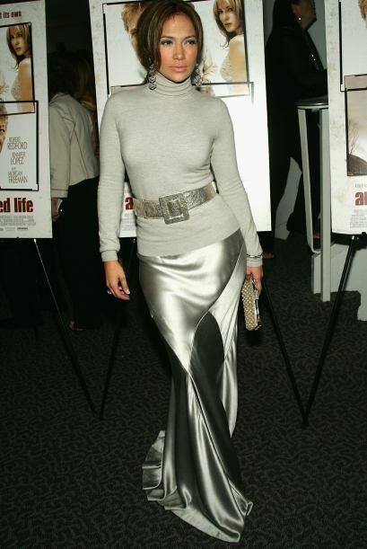 Esta falda satinada la coronó como reina galáctica.