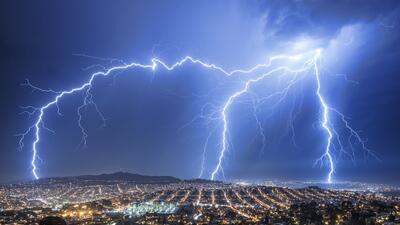 En fotos: Las raras tormentas eléctricas que alumbran los cielos en California