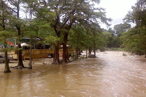 Otra toma de la crecida del Río Guadalupe en San Antonio.