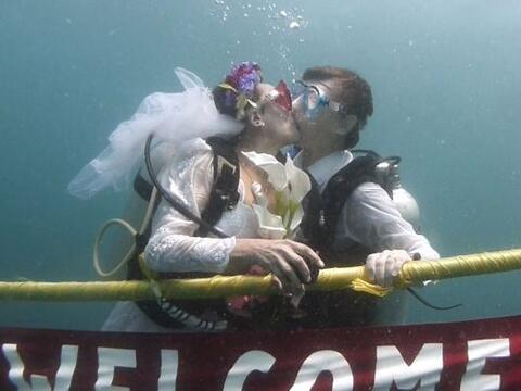 Las bodas más excéntricas son bajo el agua y esto los sabe...