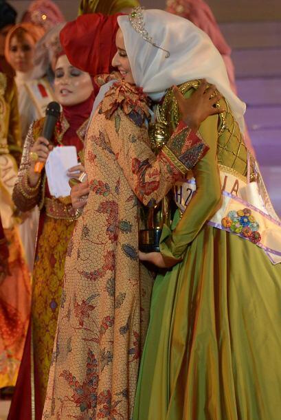 Las 18 finalista desfilaron con velos y vestidos brillantes.