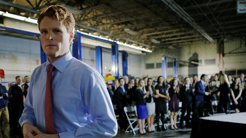 El congresista Joe Kennedy III al retirarse del escenario.