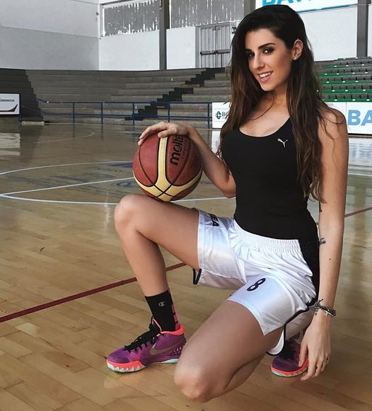 Modelo y basquetbolista, las dos caras de la sensual Valentina Vignali C...