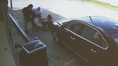 En video: Ladrones golpean y atropellan a una pareja para robarle una cartera con dinero