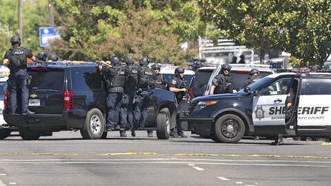 Agentes del Sheriff de Sacramento que llegaron para auxiliar a sus compa...