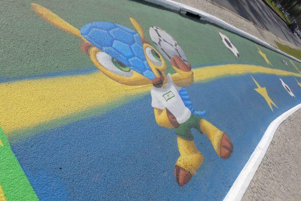 Fuleco, la mascota del Mundial, también está pintado en las calles que b...
