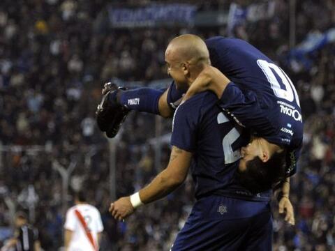 El grandote Silva llevando en andas al pequeño Morales, Vé...