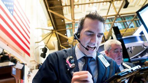 Agentes de bolsa trabajan en el piso de la Bolsa de Nueva York en esta s...
