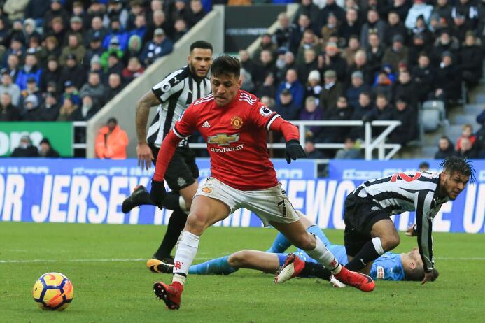 Newcastle sorprende y vence al Manchester United gettyimages-916960376.jpg