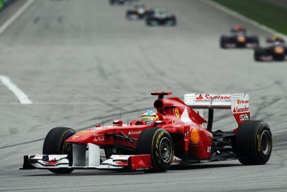 El español Fernando Alonso salió del quinto lugar, pero tu...