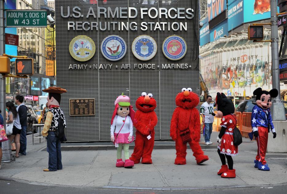 Hace un tiempo, había más personajes que peatones en zonas de Times Square.