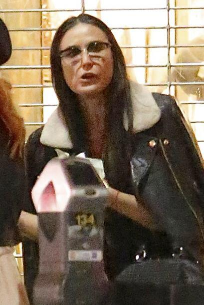 Demi usó muy poquito maquillaje, y unos anteojos grandes. Mira aquí los...