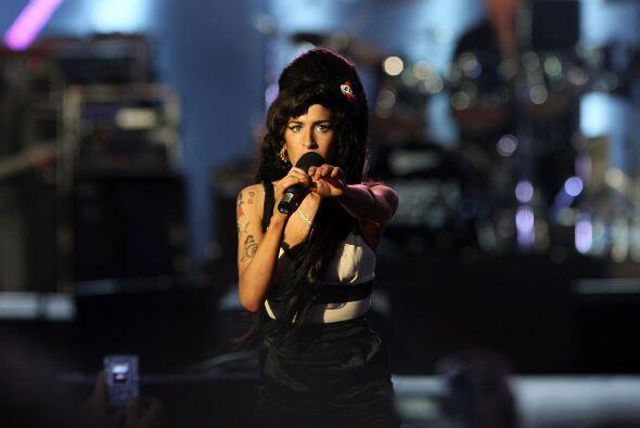 La difunta Amy Winehouse también cantó en el concierto. Mira aquí los vi...