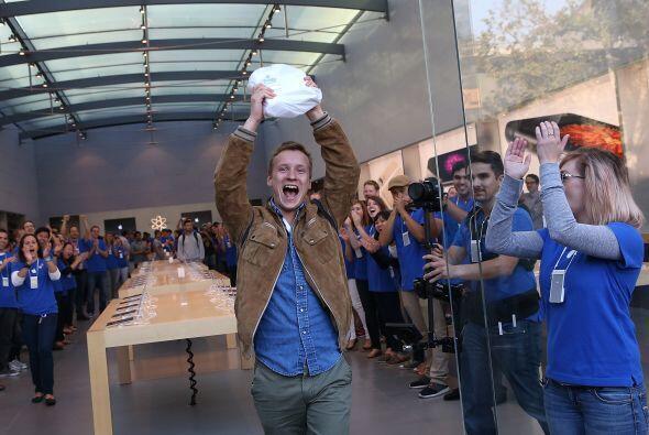Patrick Tuntland sostiene su nuevo iPhone 6 Plus al salir de una tienda...