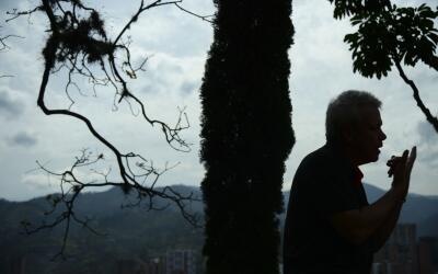 """""""Popeye"""" durante una visita a la tumba de su patrón Pablo Escobar."""