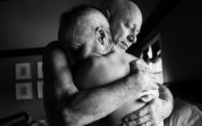Papá y mamá se abrazan en el dormitorio de su casa. Jamas...