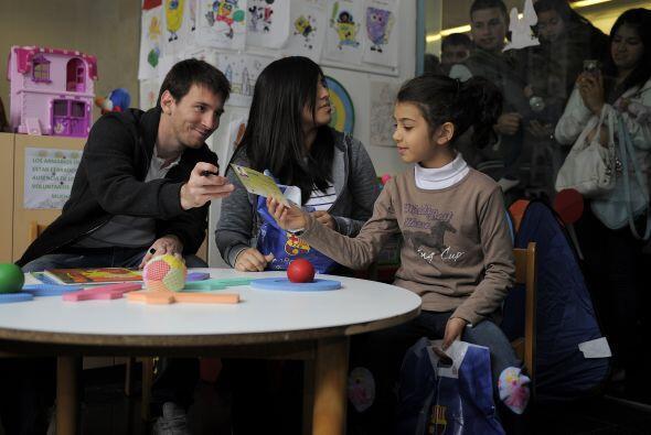 Los niños le quisieron dar algunos regalos a Lionel, a lo que el argenti...