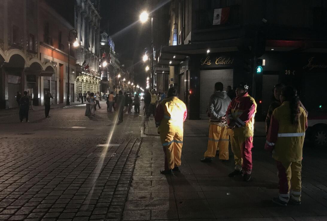 Gente en las calles céntricas de Ciudad de México luego del fuerte terre...