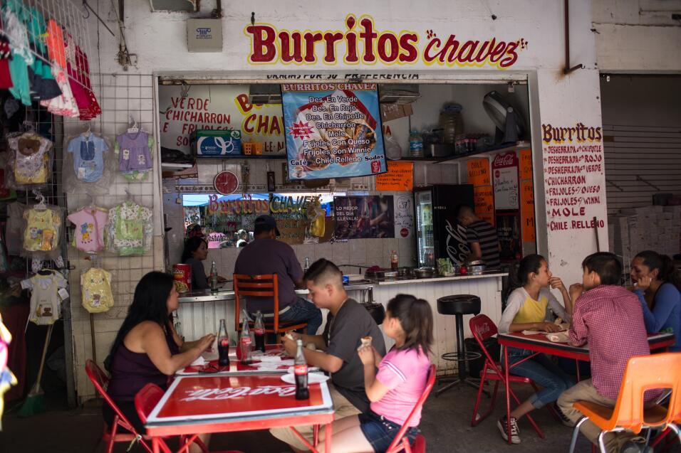 Un puesto de burritos en las calles de Ciudad Juárez próximas a un puent...