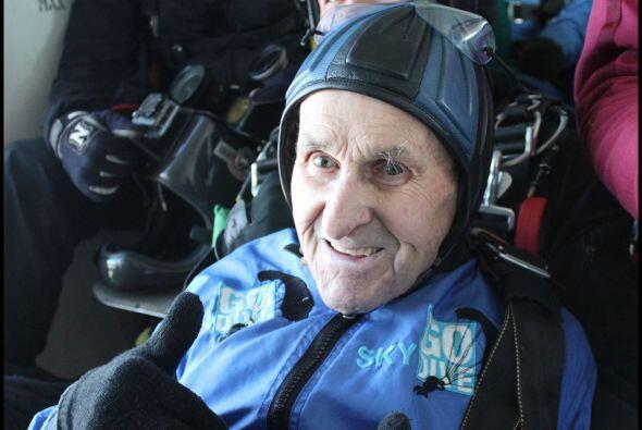 Jack Hake, un veterano de la Segunda Guerra Mundial, de 93 se lanz&oacut...