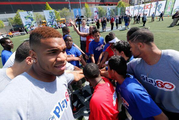 Los niños encantados de conocer a las futuras estrellas de la NFL (AP-NFL).