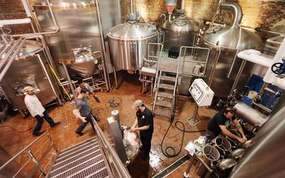 Una cervecería en Brooklyn, Nueva York. Industrias que trabajan en áreas...