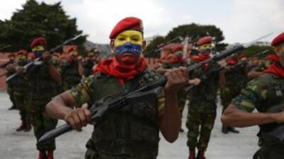 """Los militares venezolanos están """"protegiendo a nuestro pueblo"""", señala u..."""