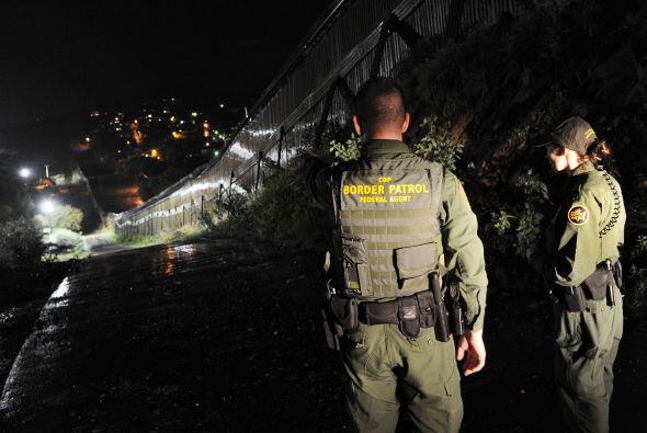 El número de arrestos de inmigrantes indocumentados y los decomisos de d...