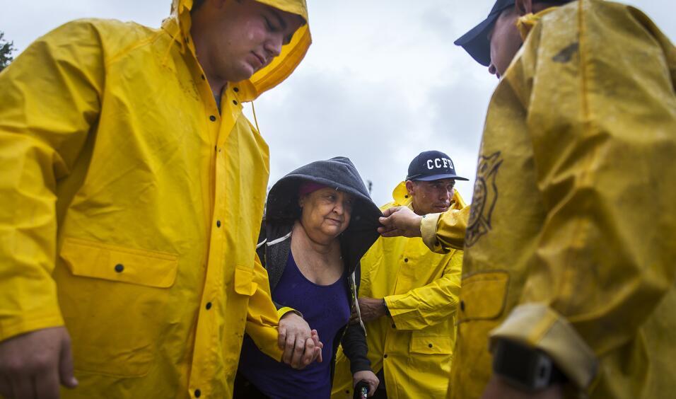 Bomberos de Corpus Christi ayudan a Guadalupe Guerra, quien tomar&aacute...