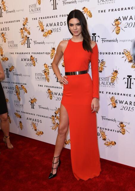 La modelo lució radiante en un vestido rojo asimétrico durante una entre...
